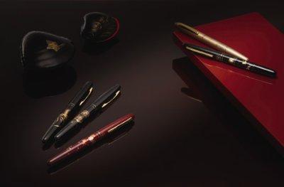 画像1: 万年毛筆 蒔絵物語 ふくろう 赤軸 くれ竹